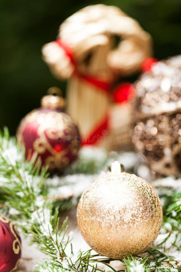 Złocisty boże narodzenie ornament na liściach zdjęcia royalty free