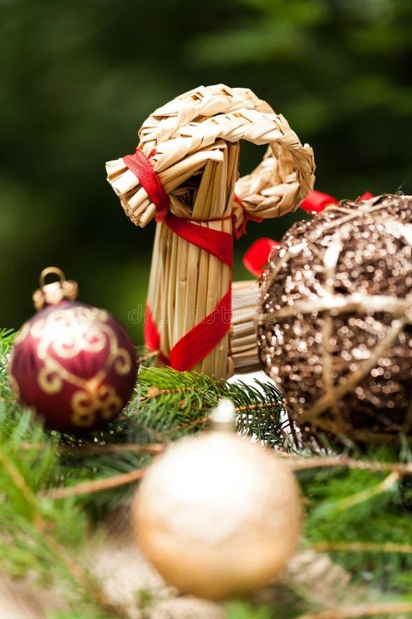 Złocisty boże narodzenie ornament na liściach zdjęcie stock