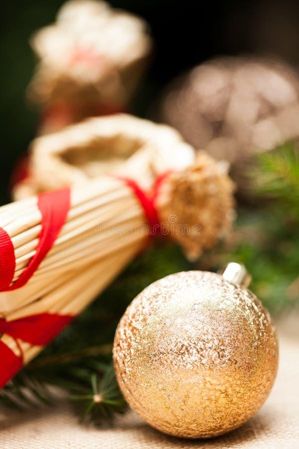 Złocisty boże narodzenie ornament na liściach fotografia stock