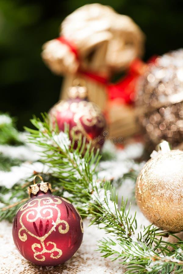 Złocisty boże narodzenie ornament na liściach obrazy royalty free