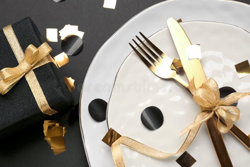 Złocisty cutlery wiązał z pięknym faborkiem na talerzu, zbliżenie fotografia stock