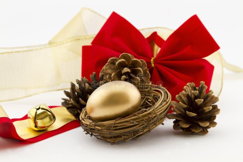 Złocisty gniazdowy jajko z sosna faborkami i rożkami obrazy royalty free