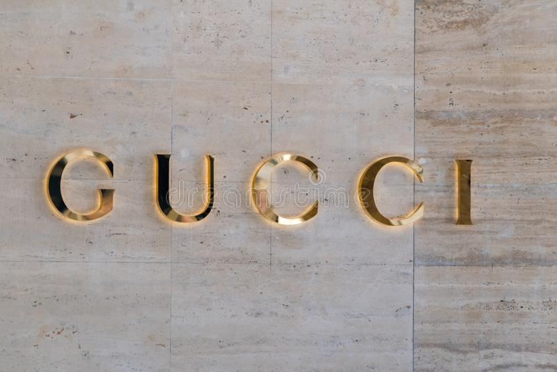 Złocisty Gucci podpisuje Gucci jest W?oskim luksusowym gatunkiem moda i sk?ra towary obraz stock