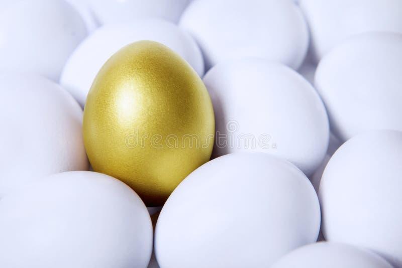 Złocisty jajko w tłumach obraz stock