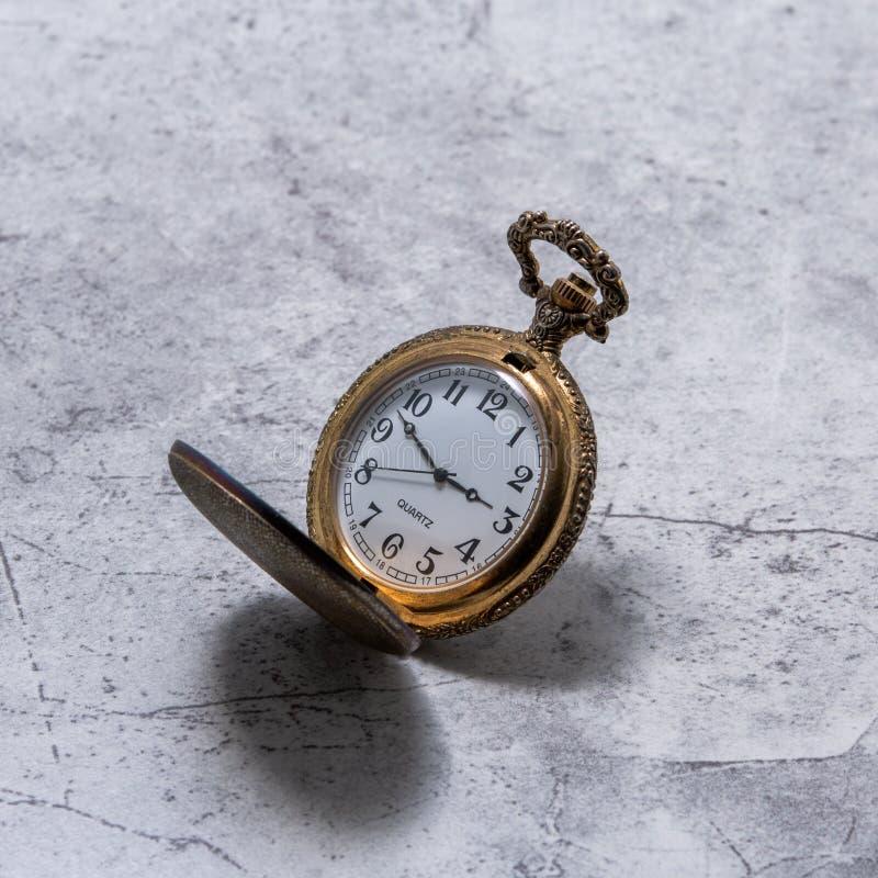 Złocisty Kieszeniowy zegarek na kamieniu fotografia stock