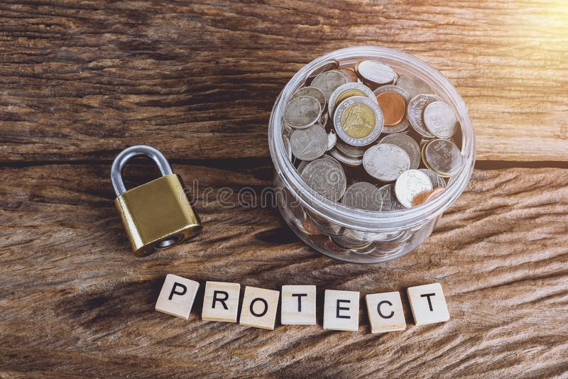 Złocisty ochrona kędziorek z kodem i folować monetami z słojem, słowa obrazy royalty free