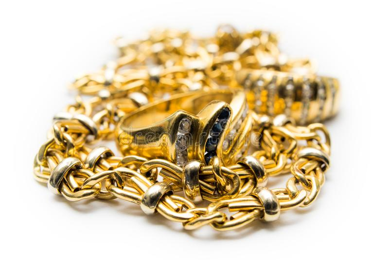 Złocisty pierścionek i łańcuchy zdjęcia royalty free