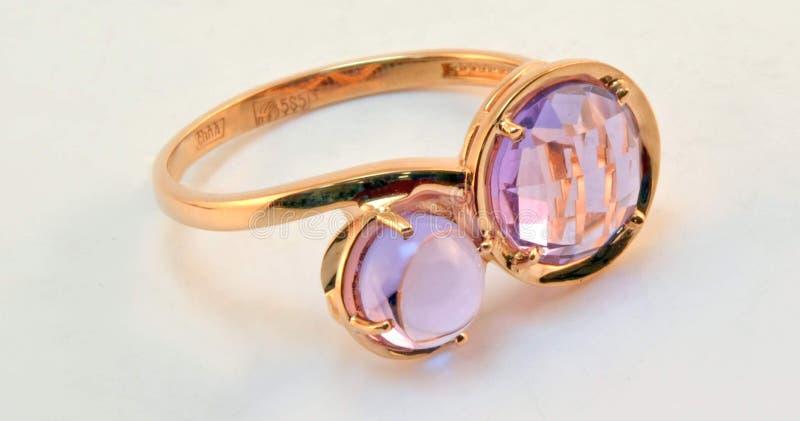 Złocisty pierścionek z ametystowymi wszywkami obrazy royalty free