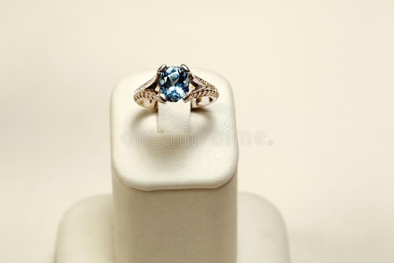 Złocisty pierścionek Z seledynu owalem obraz stock