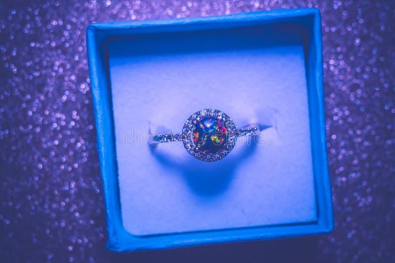 Złocisty pierścionek z Zielonym opalem obraz royalty free