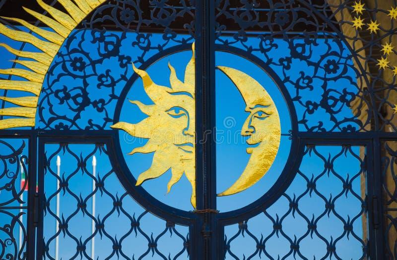 Złocisty słońce i księżyc na żelaznej bramie obraz stock