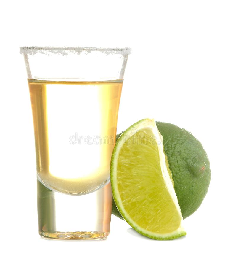 Złocisty tequila w szkle z solą i wapnem na białym odosobnionym tle napoje alkoholowe Zako?czenie fotografia royalty free