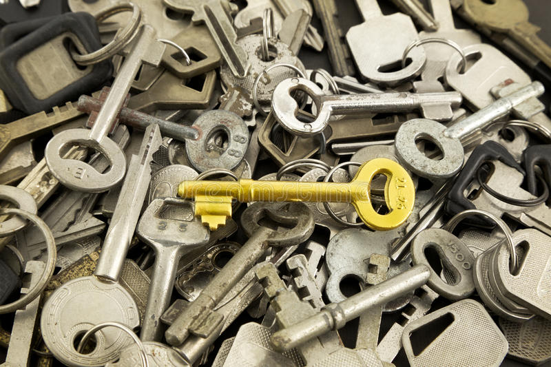 Złocisty zredukowany klucz i starzy metali klucze zdjęcia stock