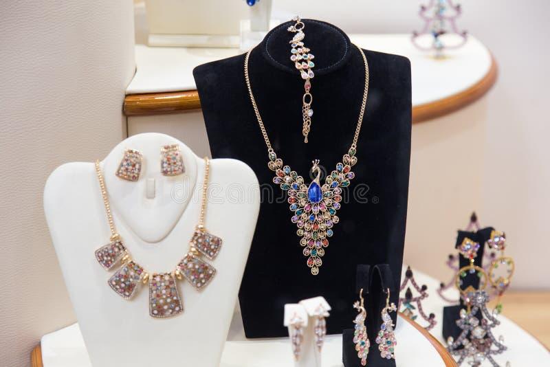 Złocistych i cennych kamieni biżuteria zdjęcia royalty free