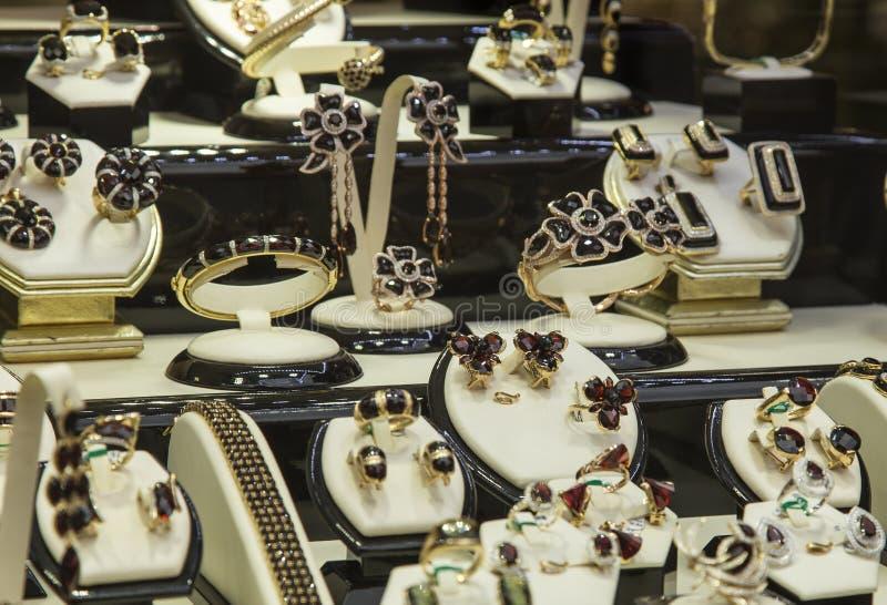 Złocistych i cennych kamieni biżuteria fotografia royalty free