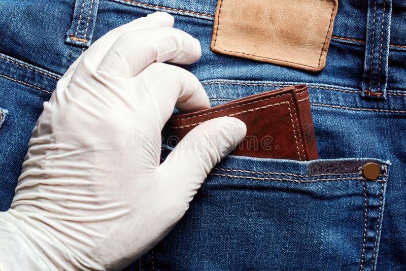 Złodziej jest ubranym białą winylową rękawiczkę kraść portfel od tylnej kieszeni cajgi Zamyka w górę widoku wyboru wkładać do kie obrazy stock