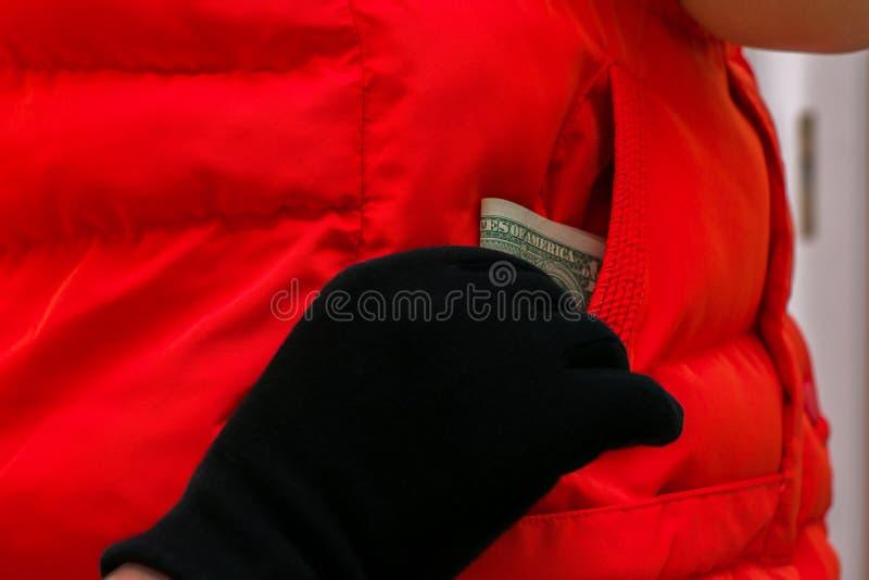 Złodziej kraść pieniądze od ofiary kieszeni zdjęcie stock