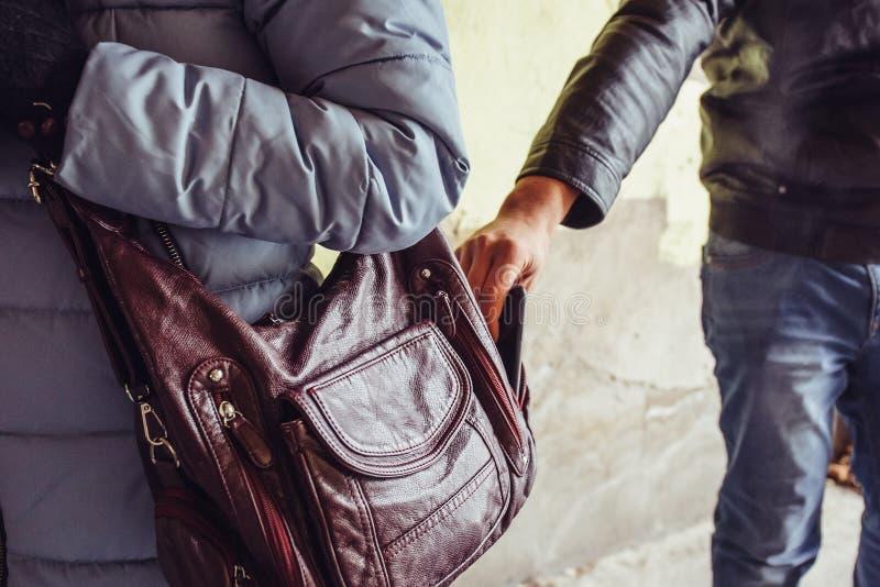 Złodziej kraść telefon lub smartphone od torby zamkniętej w górę kobieta, kieszonkowiec w mieście obrazy royalty free