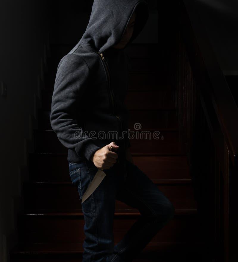 Złodziej w kapiszonu niebezpiecznym mężczyzna, twarz no może widzieć, zmrok zdjęcie stock