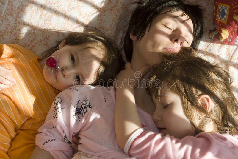 złomku córkę do łóżka obraz stock