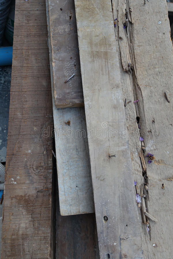 Złomowy drewno stos z sterczeć ośniedziały obrazy stock