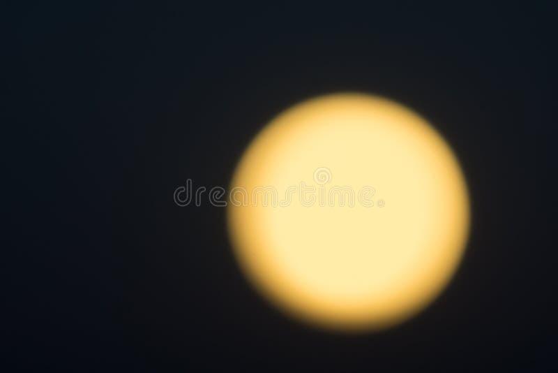 Złota łuna przeciw czarnemu nocnemu niebu zdjęcia royalty free