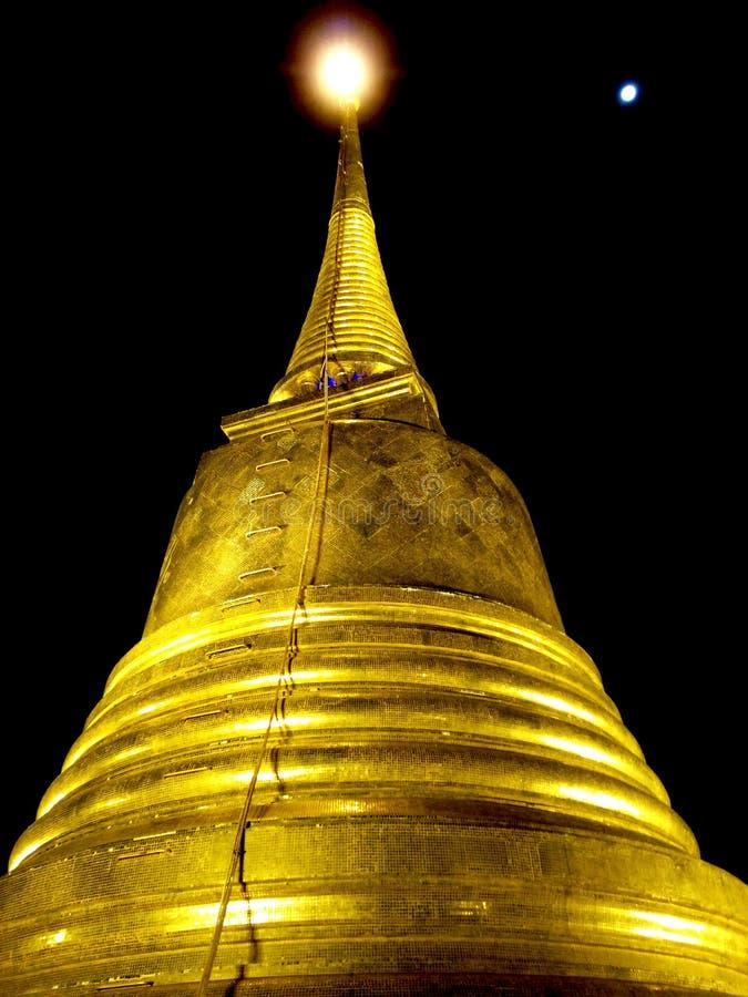 Złota świątynia Tajlandia przy nocą obraz stock