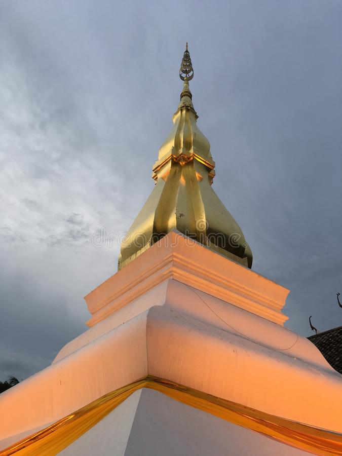Złota antyczna buddyjska stupa w Khonkaen, Tajlandia obrazy stock