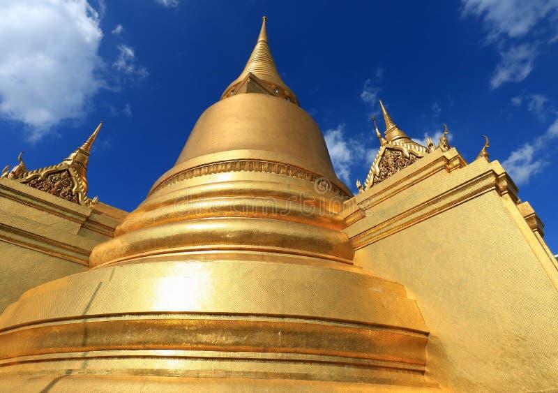 Złota antyczna pagoda w Wacie Phra Kaew na Oct 24 2016 w Bangkok, Tajlandia obrazy royalty free