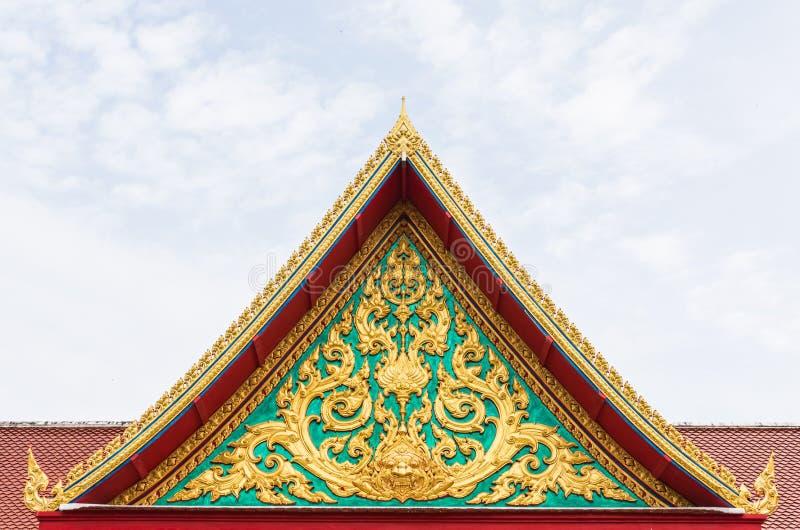 Złota antyczna tekstura na szmaragd ścianie przed świątynia dachem zdjęcie stock