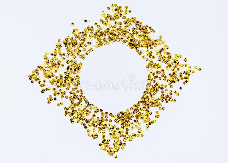 Złota, błyszcząca okrągła ramka w formie hombusa na białym tle z przestrzenią kopiowania Wakacje i pojęcie glamour obrazy stock