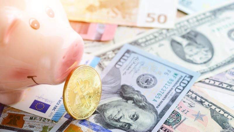 Złota bitcoin moneta blisko prosiątko banka - symbol crypto waluta obrazy royalty free