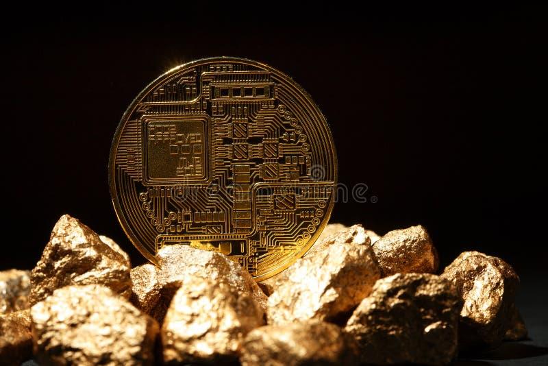 Złota Bitcoin moneta i kopiec złoto Bitcoin cryptocurrency zdjęcia royalty free
