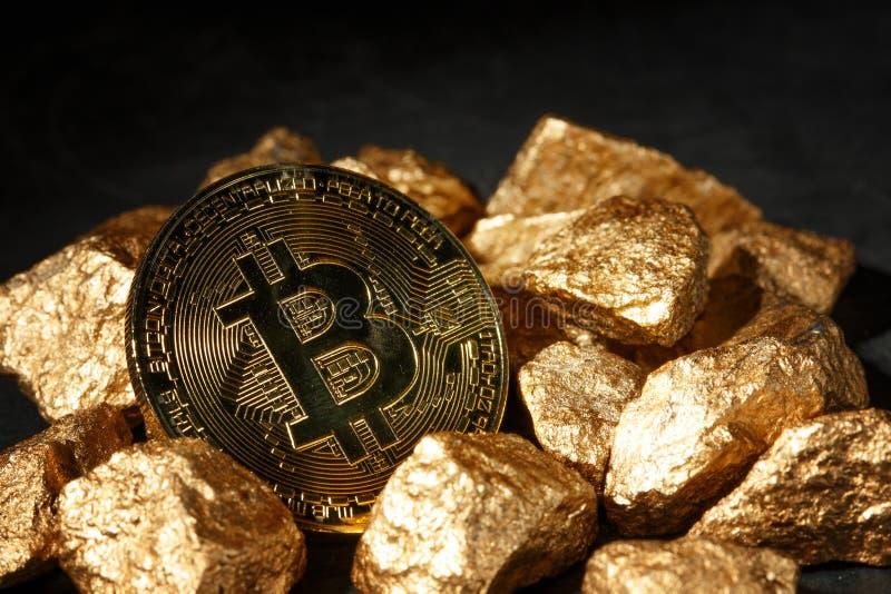 Złota Bitcoin moneta i kopiec złoto Bitcoin cryptocurrency obraz stock
