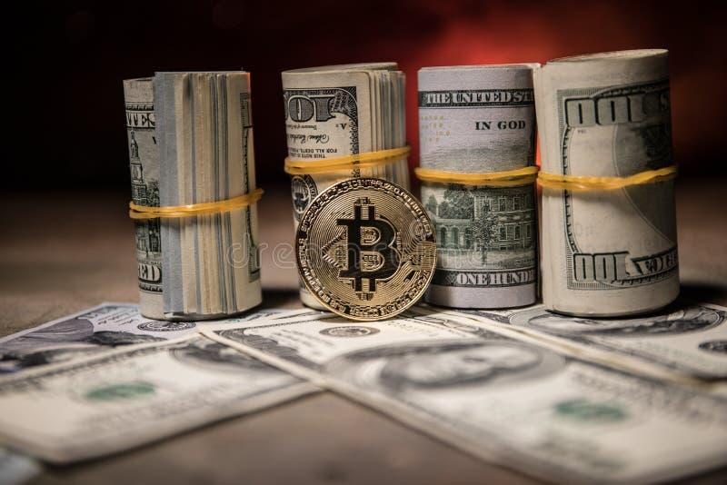 Złota bitcoin moneta na my dolary zamyka up zdjęcia royalty free