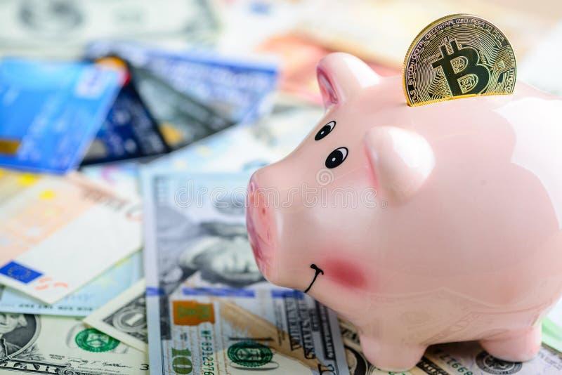 Złota bitcoin moneta w prosiątko banku - symbol crypto waluta C obrazy royalty free