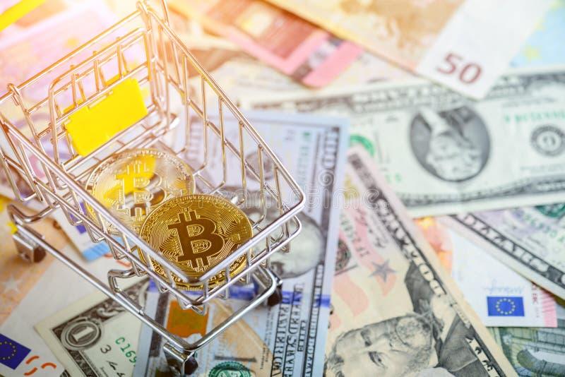 Złota bitcoin moneta w wózek na zakupy - symbol crypto waluta obraz royalty free