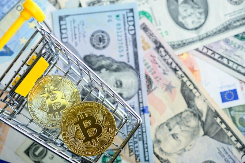 Złota bitcoin moneta w wózek na zakupy - symbol crypto waluta obrazy royalty free