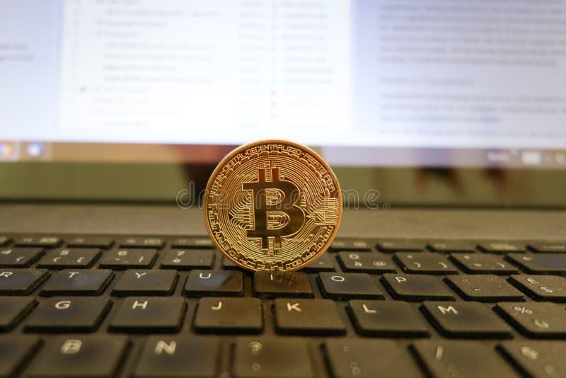 Złota bitcoin pozycja na komputerowym cryptocurrency fotografia stock