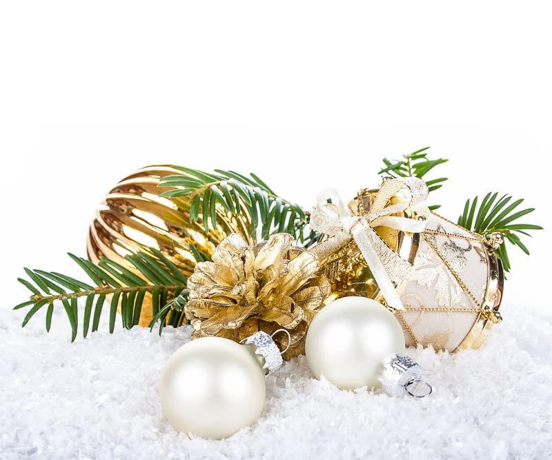 Złota Bożenarodzeniowa dekoracja na śnieżnym tle zdjęcie stock