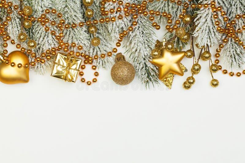 Złota bożonarodzeniowa granica z zielonym gałązką z drzewa Xmas i dekoracją z Nowego Roku wyizolowana na białym tle zdjęcia stock