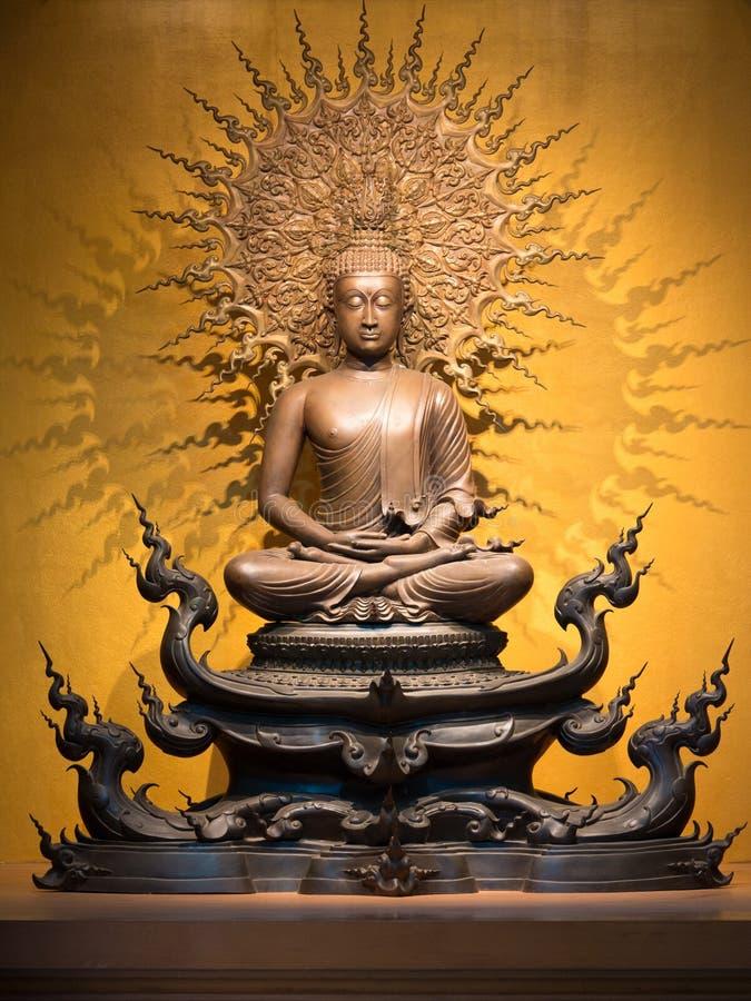 Złota Buddha rzeźba w lotosowej pozyci obsiadaniu zdjęcia stock