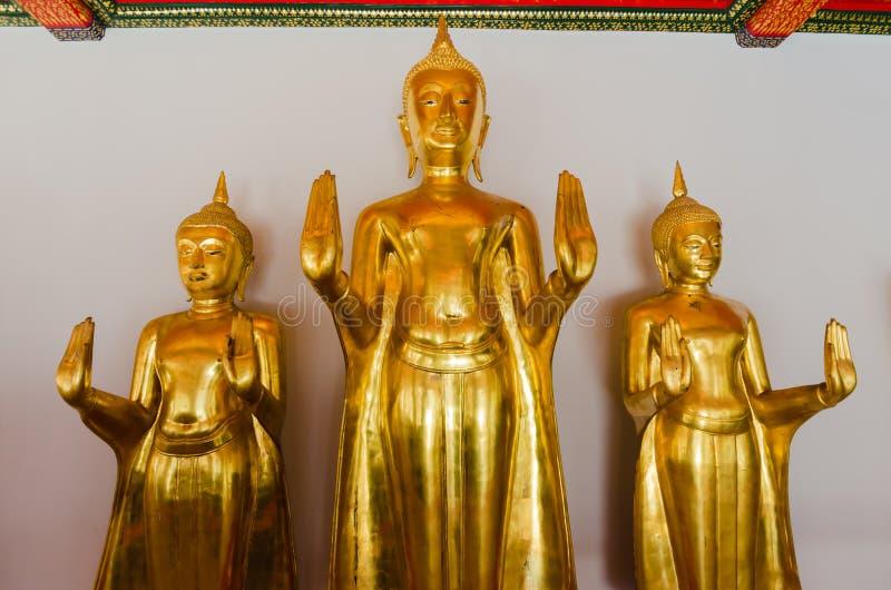 Złota Buddha statua postawa zatrzymywać ulewę, Wa obraz royalty free