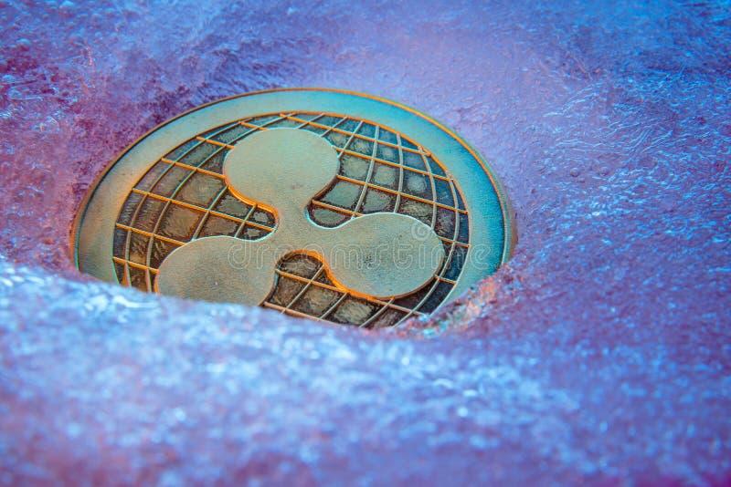 Złota czochry moneta, online cyfrowa waluta marznąca w błękitnym lodzie Poj?cie blokowy ?a?cuch, targowy trzask Zamarzni?ty crypt zdjęcia royalty free