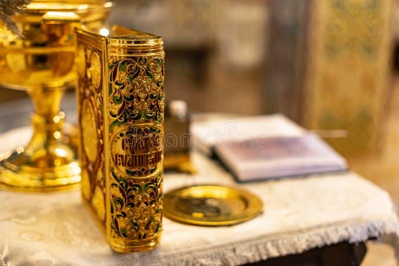 Złota elegancka ewangelia w ortodoksyjnym kościół obraz royalty free