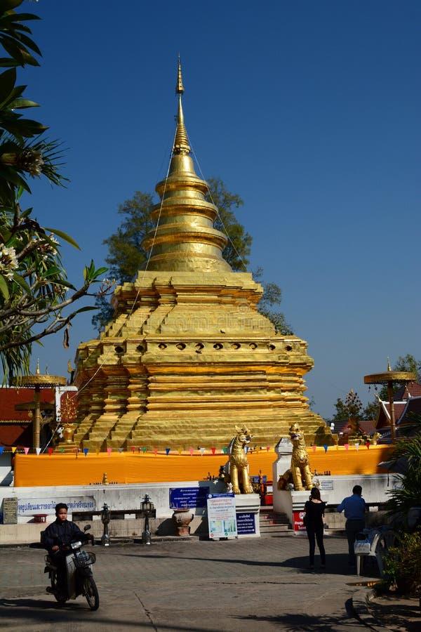 złota góra Wat Phra Który Si Chom pasek Tajlandia obrazy royalty free