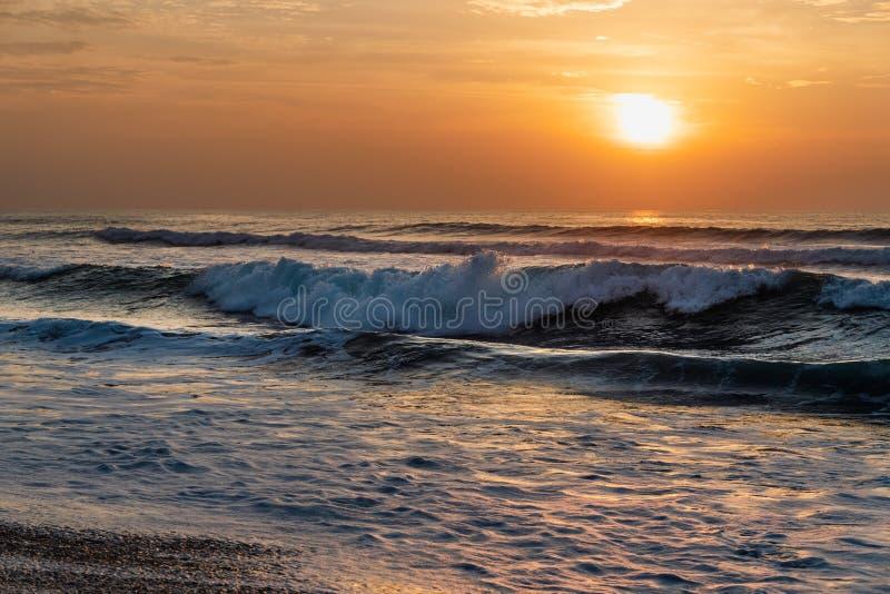 Złota godzina, piękna plaża podczas zmierzchu zdjęcia royalty free