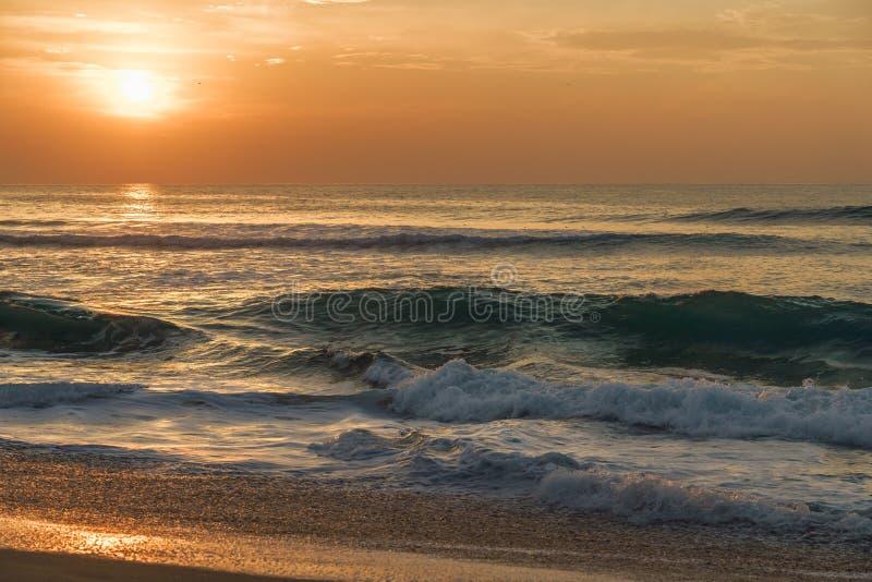 Złota godzina, piękna plaża podczas zmierzchu obrazy royalty free