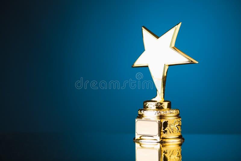 Złota gwiazdowy trofeum obraz stock