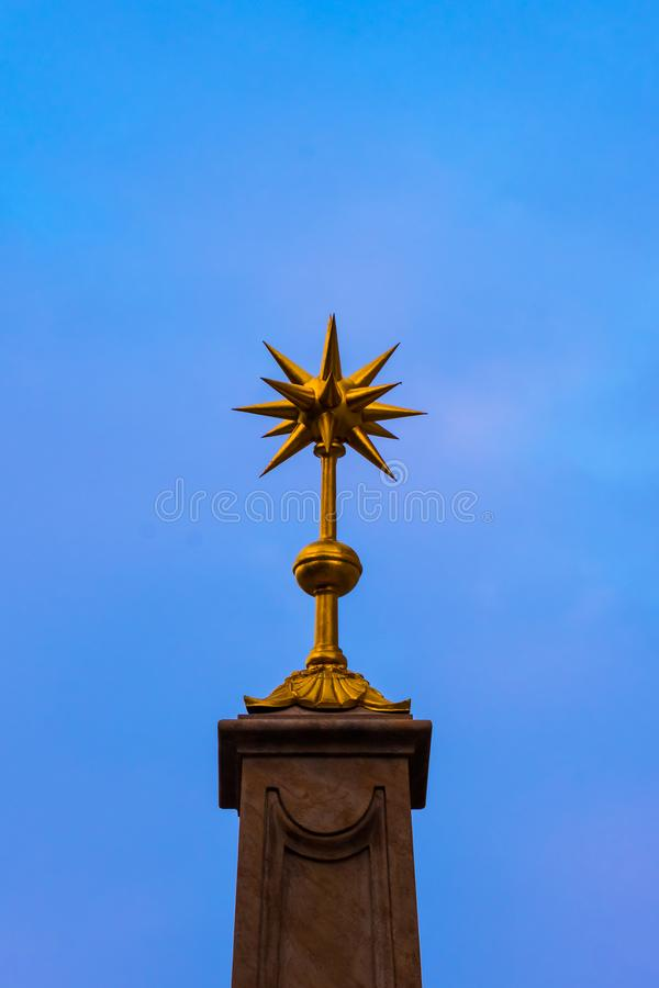 Złota gwożdżąca piłka na niebie obrazy royalty free